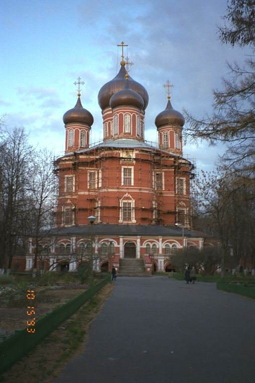 http://www.midwinter.com/~koreth/russia/moscow-churches/donskoi-center.jpg